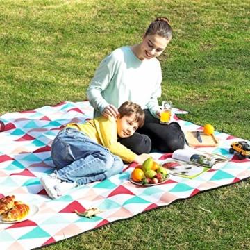 SONGMICS Picknickdecke, 200 x 200 cm, große Stranddecke, für Outdoor, Camping, Park, Garten, wasserfeste Unterseite, faltbar, rote Dreiecke GCM70RJ - 7