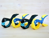 4 Stück Tuuli Beach Towel Clips - Hochwertige Strandtuchklammern im Premium Design (Sharky Türkis/Delphin Blau) - 1