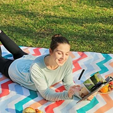 SONGMICS Picknickdecke, 200 x 200 cm, Stranddecke, für Outdoor, Camping, Park, Garten, wasserfeste Unterseite, faltbar, rote Wellen GCM70KW - 9