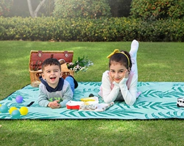 SONGMICS Picknickdecke, 200 x 200 cm große Stranddecke, Campingdecke, wasserdichte Unterseite, maschinenwaschbar, faltbar, für Garten, Park, Strand, Camping, blau mit tropischem Farn GCM087Q01 - 2