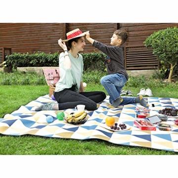 SONGMICS Picknickdecke, 200 x 200 cm, Stranddecke, für Outdoor, Camping, Park, Garten, wasserfeste Unterseite, faltbar, gelbe und Blaue Dreiecke GCM76S - 3