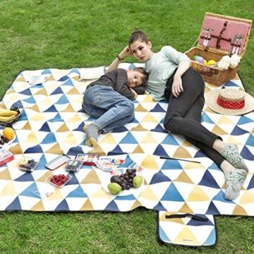 SONGMICS Picknickdecke, 200 x 200 cm, Stranddecke, für Outdoor, Camping, Park, Garten, wasserfeste Unterseite, faltbar, gelbe und Blaue Dreiecke GCM76S - 5